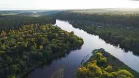 Lot nad rzeką i lasem zdjęcie wideo