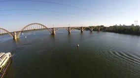 Lot nad statkiem który iść wzdłuż Zaporoskiej rzeki zdjęcie wideo
