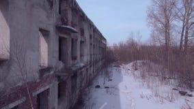 Lot nad zaniechanym budynkiem, Stary zniszczony budynek w zima sezonie Widok z lotu ptaka 4K zdjęcie wideo