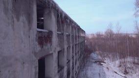 Lot nad zaniechanym budynkiem, Stary zniszczony budynek w zima sezonie Widok z lotu ptaka 4K zbiory wideo