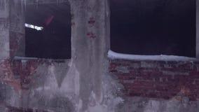 Lot nad zaniechanym budynkiem, stary zniszczony budynek w zima sezonie Widok z lotu ptaka 4 K zdjęcie wideo