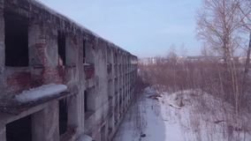 Lot nad zaniechanym budynkiem, Stary zniszczony budynek w zima sezonie Widok z lotu ptaka 4K zbiory