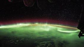 Lot nad ziemską ` s powierzchnią, brać od staci kosmicznej Północni światła i nawoskuje gwiazda piekło ziemia zdjęcie wideo