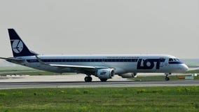 LOT Polish Airlines acepilla el carreteo en el aeropuerto de Francfort, FRA almacen de metraje de vídeo