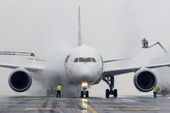 LOT Polish Airlines de remoção do gelo, Boeing B787 Dreamliner foto de stock royalty free