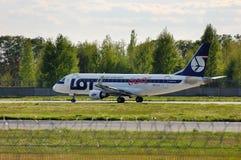 LOT Polish Airlines Embraer ERJ-170 zdjęcie stock
