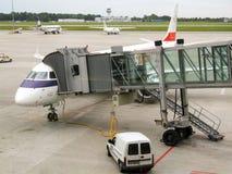 LOT Polish Airlines Embraer pendant tournent autour dans l'aéroport de Varsovie Chopin en Pologne Photos stock