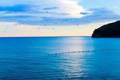Lot ptaki przy zmierzchem morzem Fotografia Stock