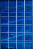 Lot schodki za błękitną szklaną fasadą zdjęcie royalty free