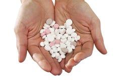 Lot verschiedene Pillen in der Hand Lizenzfreie Stockbilder