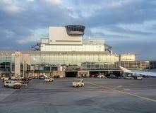 Lot wieży kontrolnej Frankfurt lotnisko międzynarodowe Zdjęcia Stock