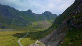 Lot wzdłuż skłonu góra nad droga zdjęcie wideo