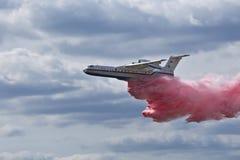 Lot ziemnowodny samolot B-200CHS EMERCOM Rosja, symuluje wodnego rozładowanie obrazy stock
