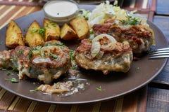 A lota fritou com cebolas e cozeu fatias da batata Imagens de Stock