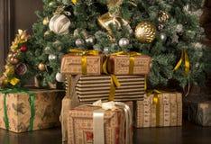 lote das caixas com presentes em uma caixa de presente sob a árvore de Natal decorada fotos de stock royalty free