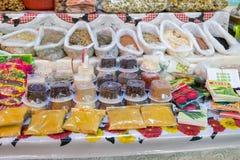 Lote das especiarias e das ervas secas vendidas no mercado local foto de stock
