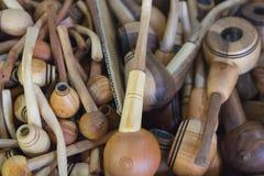 Lote das tubulações de madeira no contador fotografia de stock