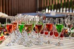 lote de bebidas coloridas na tabela de bufete Foto de Stock