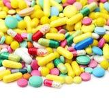 Lote de comprimidos diferentes da medicina em um branco Imagem de Stock Royalty Free