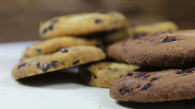 Lote de cookies do bolo da microplaqueta com inclinação do close-up do chocolate vídeos de arquivo