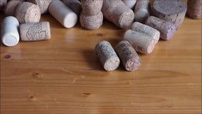 Lote de cortiça do vinho na tabela de madeira filme