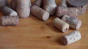 Lote de cortiça do vinho na tabela de madeira video estoque