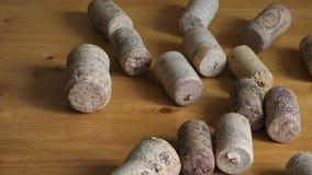 Lote de cortiça do vinho na tabela de madeira vídeos de arquivo