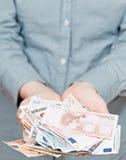 Lote de euro- cédulas nas palmas colocadas Imagem de Stock