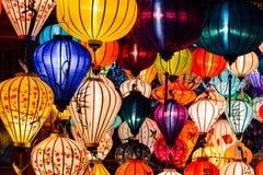 Lote de lanternas chinesas na noite contrária Imagem de Stock