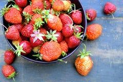 Lote de morangos apetitosas maduras na bacia redonda no close up de madeira da tabela do vintage Foto de Stock Royalty Free