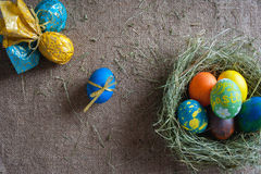 Lote de ovos coloridos na serapilheira Fotografia de Stock Royalty Free