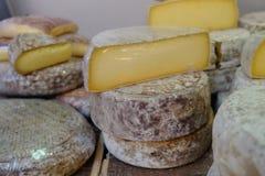Lote do queijo na loja do queijo do mercado france Imagem de Stock