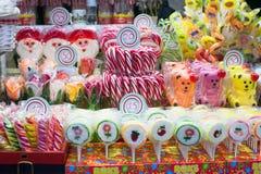 Lote do vário caramelo colorido na feira do Natal fotografia de stock