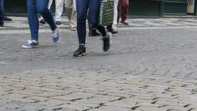 Lote dos pés uma multidão de povos que dão uma volta ao longo dos godos da cidade video estoque