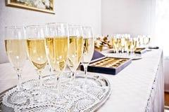 Lote dos vidros com champanhe durante na tabela do partido Foto de Stock