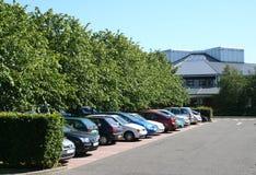 Lote e prédio de escritórios de estacionamento Fotografia de Stock Royalty Free