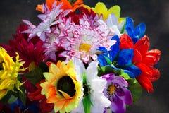 Lote floral do fundo de flores artificiais na composição colorida fotografia de stock royalty free
