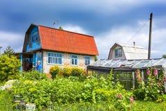 Lote suburbano com a casa construída durante os tempos do Un do soviete Imagens de Stock