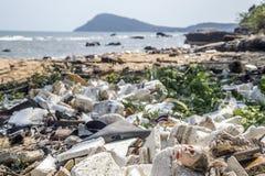 Lote sujo do whith da praia do lixo fotografia de stock