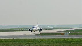 LOTEIE o táxi fazendo plano das linhas aéreas no aeroporto de Francoforte, FRA