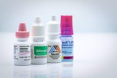 Lotemax, Allergis, Tobradex, Cravit-oogopschorting en oogdalingen in phastic die fles op witte achtergrond wordt ge?soleerd stero royalty-vrije stock afbeeldingen