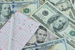 Loterijkaartje en potlood op dollarachtergrond Royalty-vrije Stock Afbeeldingen