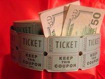 Loterijkaartjes en vijftig dollarsrekeningen Royalty-vrije Stock Fotografie