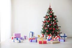Lotes da árvore de Natal dos presentes a decoração do ano novo Fotos de Stock Royalty Free