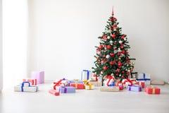 Lotes da árvore de Natal dos presentes a decoração do ano novo Foto de Stock Royalty Free