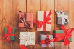 Lotes das caixas de presente na madeira, presentes de Natal no papel Fotos de Stock