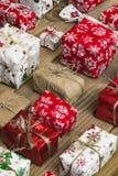 Lotes das caixas de presente no fundo de madeira Presentes no ofício e no colo Foto de Stock