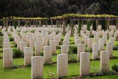 Lotes das lápides em um cemitério Foto de Stock