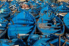 Lotes de barcos de pesca azuis no porto de Essaouira, Marrocos fotos de stock royalty free