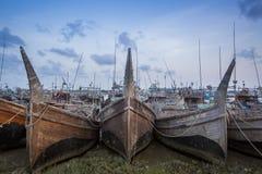 Lotes de barcos de pesca na espera Fotos de Stock Royalty Free
